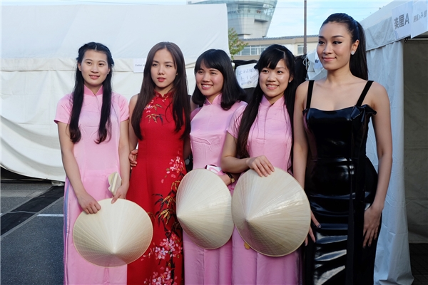 Cùng tham gia với Phương Ly trong chuyến đilần này còn có nữ ca sĩ Minh Thư.