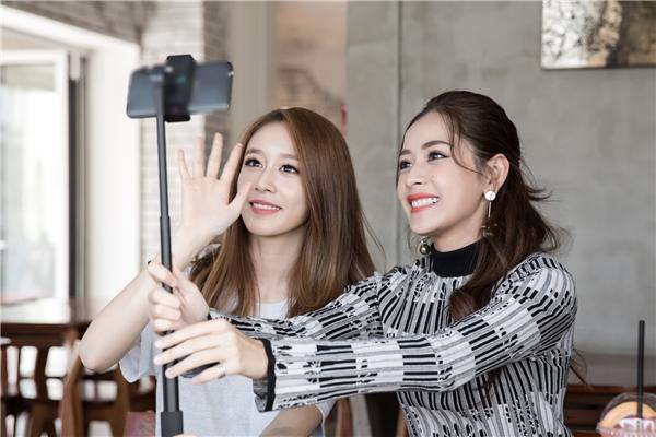 Cả hai hẹn hò tại một quán cafe và livestream để fan theo dõi. - Tin sao Viet - Tin tuc sao Viet - Scandal sao Viet - Tin tuc cua Sao - Tin cua Sao