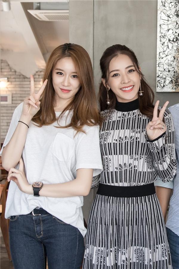 Trong khi Jiyeon diện quần jeans áo thun trắng giản dị, Chi Pu cuốn hút với váy phối cùng khuyên tai tạo điểm nhấn. - Tin sao Viet - Tin tuc sao Viet - Scandal sao Viet - Tin tuc cua Sao - Tin cua Sao