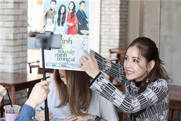 Ngoài ra, Jiyeon còn nhiệt tình ký tên lên poster web-series Tỉnh giấc tôi thấy mình trong ai để tặng fan Việt Nam. Cô cũng hé lộ nhóm dự định sang Việt Nam tổ chức fan meeting trong thời gian tới - Tin sao Viet - Tin tuc sao Viet - Scandal sao Viet - Tin tuc cua Sao - Tin cua Sao