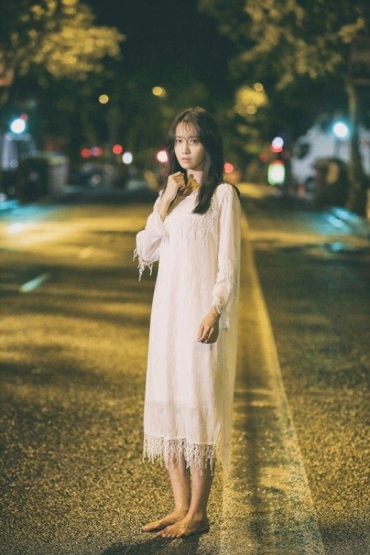 """Yoona lại """"gây sốt"""" với phụ kiện dép nhựa cực yêu"""