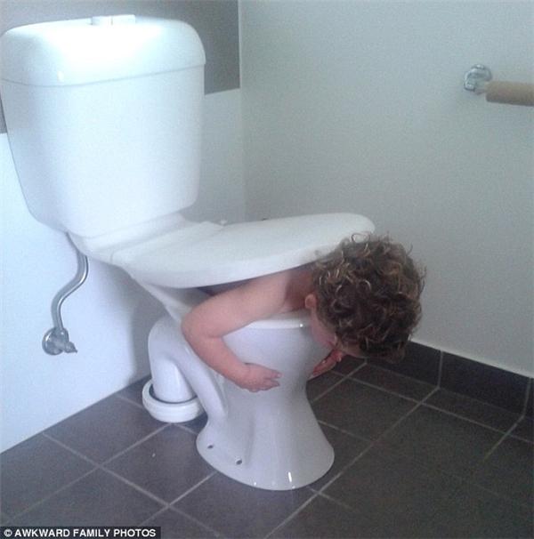 Đôi lúc các bé cũng không phân biệt được đâu là bồn tắm,đâu là bồn cầu nữa...(Ảnh: Awkward Family Photos)