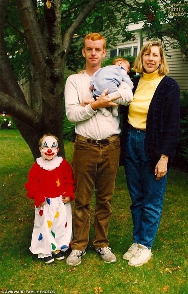 Khi kết cấu không hài hòa thì diễn kiểu gì cũng hỏng.(Ảnh: Awkward Family Photos)