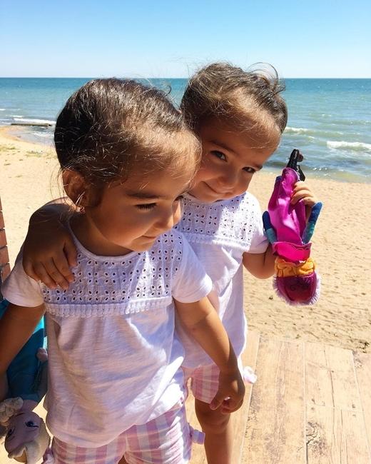 Hai cô bé thích nhất là chơi cùng với nhau.