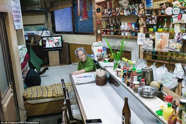 Cụ bà bán tạp hóa 50 năm nay, chỗ ngủ của cụ bà cũng là chỗ bán tạp hóa.