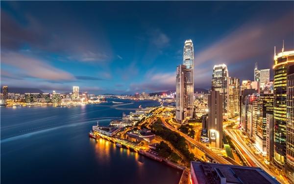 """Hong Kong - Tàu cảng tòa hương: Đây là cái tên được dựa theo phát âm tiếng Quảng Đông trong đó """"hong"""" nghĩa là hương thơm, còn """"kong"""" là cảng biển vì vậy Hong Kong hay được gọi là xứ """"Cảng Thơm"""". Sở dĩ có cái tên này bởi Hong Kong từng là hải cảng xuất khẩu trầm hương đi các tỉnh phía bắc."""
