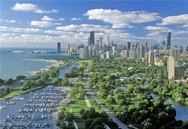"""Chicago - Tỏi hoang: Tên này bắt nguồn từ phiên âm tiếng Pháp của từ """"tỏi hoang"""" trong tiếng thổ dân da đỏ. Trước khi hồ Michigan được xây bê tông thì vùng này rất thấp và lầy lội, người ta trồng nhiều hành và tỏi, vì vậy người dân da đỏ gọi nơi đây là tỏi hoang."""