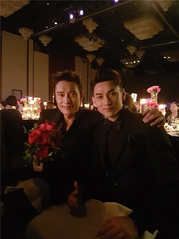 Tại buổi tiệc trao giải, Isaac được xếp ngồi cạnh nam diễn viên LeeByunHun. - Tin sao Viet - Tin tuc sao Viet - Scandal sao Viet - Tin tuc cua Sao - Tin cua Sao
