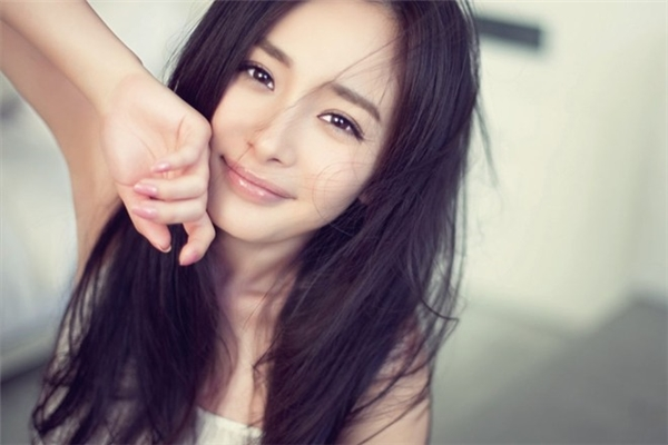 Gương mặt của nữ diễn viên Dương Mịchtrông thon gọn và hút hồn hơn với cách rẽ ngôi giữa.