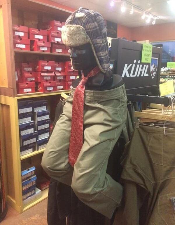 Nơi đây chỉ bán nón, quần và cà vạt nên không có nhu cầu trưng áo nhé.