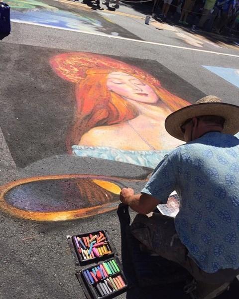 Một họa sĩ đang hoàn thiện bức họa chân dung của mình.