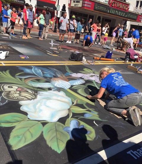 Bên cạnh vẽ chân dung, các nghệ sĩ khác cũng trổ tài ở mảng vẽ hoa lá.