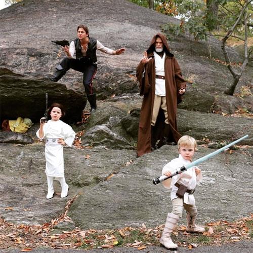 Gia đình nam diễn viên Neil Patrick Harris cũng rất chịu chơi khi cosplay thành những siêu anh hùng nổi tiếng. Nhìn biểu cảm của lũ nhóc kìa, rất chuyên nghiệp đúng chứ?