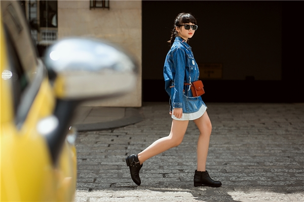 Bộ ảnh mới ghi lại những khoảnh khắc tươi mới, trẻ trung và đầy sành điệu của Kim Anh dù những món đồ cô mặc đều không đắt đỏ.