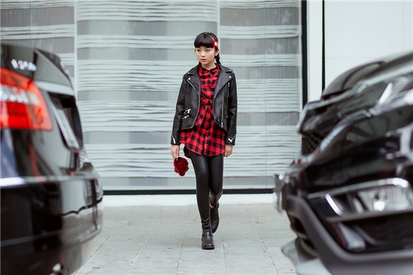 Kim Anh thể hiện như một người mẫu chuyên nghiệp và rất…xuất sắc.