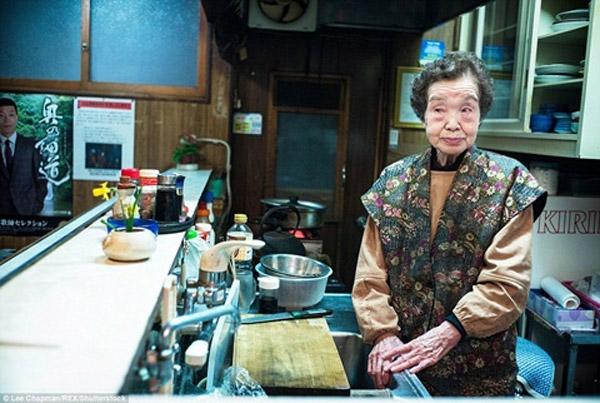 Còn đây là bức ảnh đượcchụp lại tại quán ăn đêm của một cụ bà.
