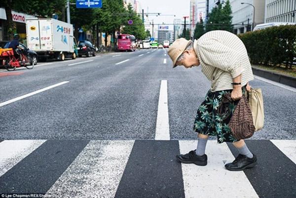 Nghẹn lòng với hình ảnh cụ già Nhật còng lưng kiếm tiền giữa phố