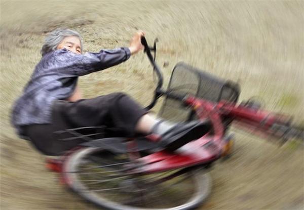So với những màn lượn xe mô tô, cú xòe xe đạp của cụ Kimiko còn chất hơn nhiều.