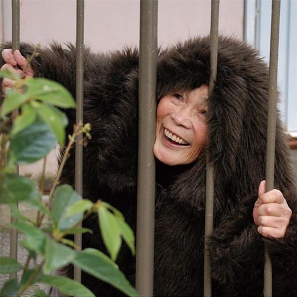 Cụ bà 87 tuổi hóa thân thành một chú gấu đen bị nhốt chuồng và đang háo hức với cuộc sống tự do bên ngoài khung sắt.