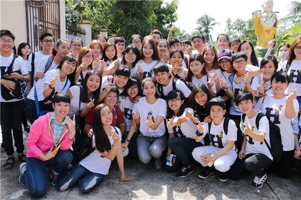 Cũng trong chuyến đi vừa qua, hoa hậu Phạm Hương còn nhận đượcsự giúp sức của hơn 50 tình nguyện viên là các fan yêu mếncôtừ TP.HCM và các tỉnh miền Tây về tham dự. - Tin sao Viet - Tin tuc sao Viet - Scandal sao Viet - Tin tuc cua Sao - Tin cua Sao