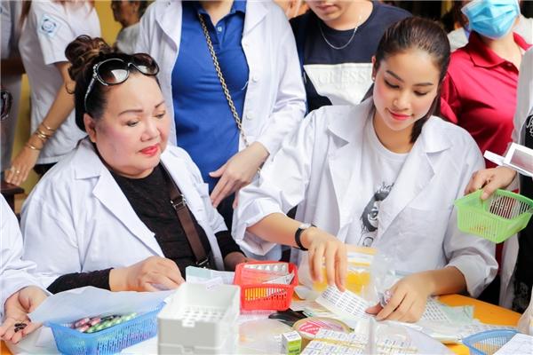 Cả hai nghệ sĩnhiệt tình phụ giúp các y, bác sĩ phát thuốc cho mọi người. - Tin sao Viet - Tin tuc sao Viet - Scandal sao Viet - Tin tuc cua Sao - Tin cua Sao