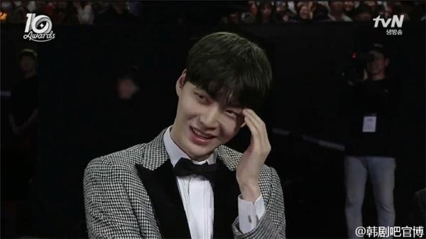 Biểu cảm đáng yêu của Ahn Jae Hyun khi nhìn thấy Goo Hye Sun trên sân khấu