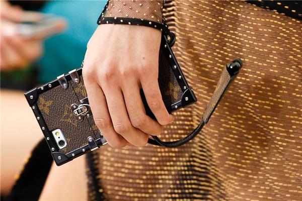 """Tín đồ thời trang """"phát sốt"""" vì ví kiêm bao điện thoại Louis Vuitton"""