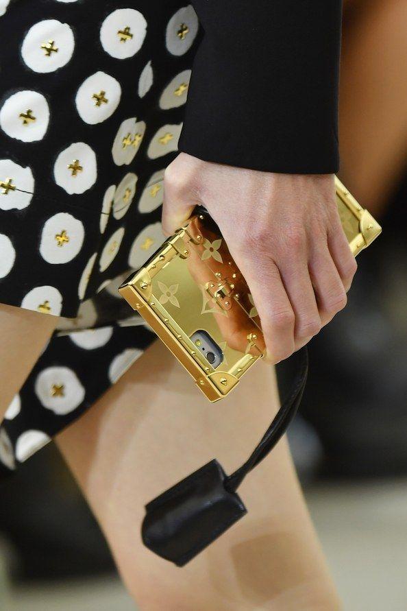 Những chiếc case điện thoại này đều thể hiện nét đặc trưng của Louis Vuitton từ màu sắc cho đến họa tiết. Ngoài ra, sắc xanh hay tông vàng kim nổi bật là những nét chấm phá mới lạ mà nhà mốt danh tiếng muốn mang đến. Nói về chất liệu, tất cả đều thuộc dòng cao cấp.