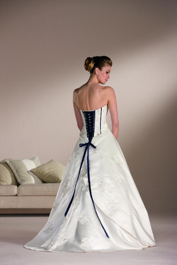 Một thiết kế váy cưới dựa trên ý tưởng áo corset cổ điển.