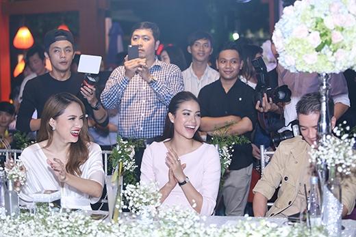 Ban giám khảo hào hứng trước phần trình diễn của các thí sinh.