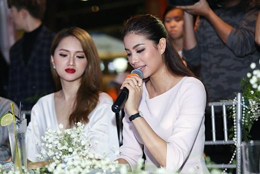 Phạm Hươngcông bố kết quả cuộc thi.