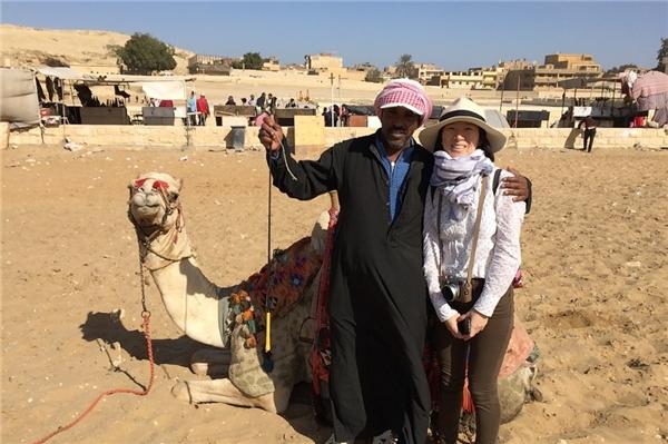 Cũng giống với những khách du lịch Trung Quốc khác, sau khi được chàng hướng dẫn viên nhiệt tình người Ai Cập hướng dẫn cưỡi lạc đà gần kim tự tháp Giza, cô Xin Di đã tặng cho anh chàng một hộp cao nho nhỏ màu đỏ.