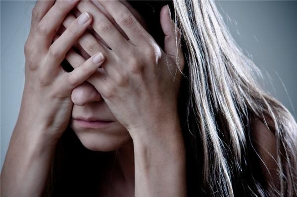 Đau nhức: Người có triệu chứng đột quỵ sẽ bất ngờ bị đau nhức ở một cánh tay, một bên chân, một bên mặt hoặc ngực.