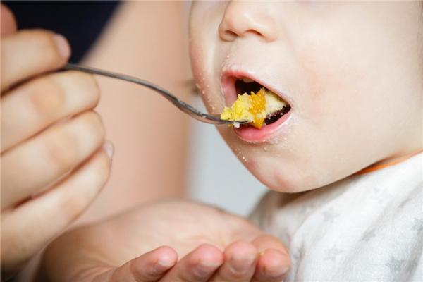 Cậu bé 3 tuổi tử vong vì bị cha đẻ ép ăn quá nhiều