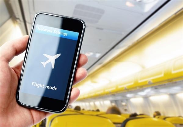 """""""Dế yêu"""" của bạn sẽ đượcsạc pin nhanh hơn nếu chuyển sangchế độ máy bay. Mẹo này giúp ích rất nhiều trong trường hợp điện thoại bị tắt ngúm mà bạn chỉ có thể tạt ngang quán xá nào đó sạc trong vài phút."""