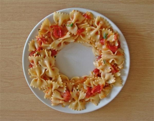Thay vì chất đồ ănthành một đống rồi nhét vào lò vi sóng, bạn nên rải đều chúng theo hình dạng một chiếc nhẫn. Như vậy, thức ăn sẽ được hâm nóng đều hơn.