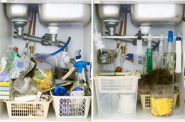 Không gian dưới bồn rửa là một nơi lí tưởng để chứa nhiều vật dụng sinh hoạt trong nhà. Để tối đa hóa sức chứa của không gian đó, bạn nên đóng thêm một thanh ngang giữa hai bức tường để có thể treo các loại nước tẩy rửa. Như vậy, trông sẽ gọn ghẽ và ngăn nắp hơn nhiều.