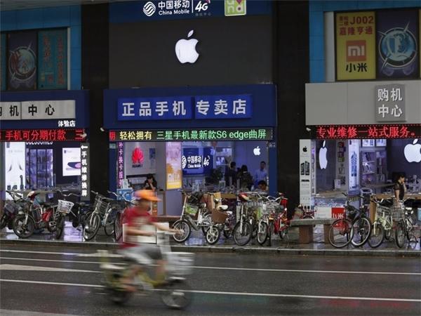 Những cửa hàng Apple Store nhái nằm san sát nhau trên một con phố phía nam thành phố Thẩm Quyến. (Ảnh: Weibo)