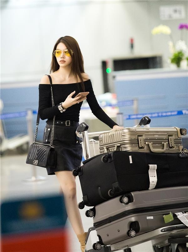 Jolie Nguyễn tất bật trở về Úc trao vương miện cho người kế nhiệm