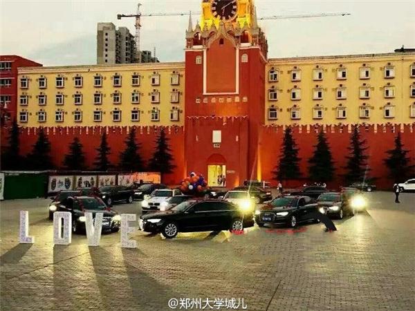 Để chuẩn bị cho lời cầu hôn của mình, chàng thiếu gia đã xếp 16 chiếc siêu xe thành hình trái tim.