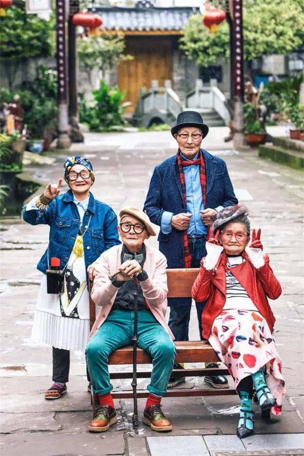 Không chỉ trẻ trung, năng động, 4 cụ còn rất chịu khó tạo dáng trước ống kính như một người mẫu ảnh chuyên nghiệp.
