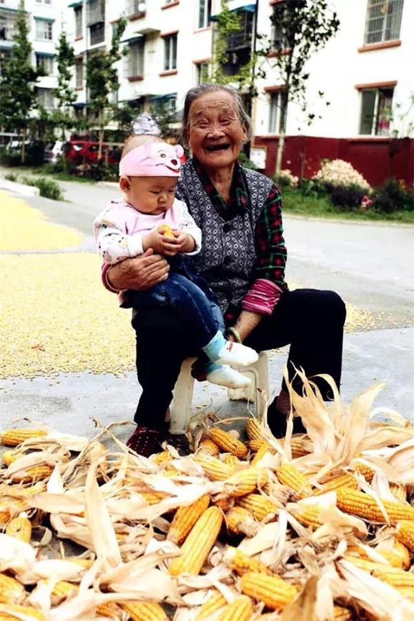 Cụ Juzhen năm nay đã 93 tuổi. Công việc thường ngày của cụ là chăm sóc con cái và phụ việc trong nhà.