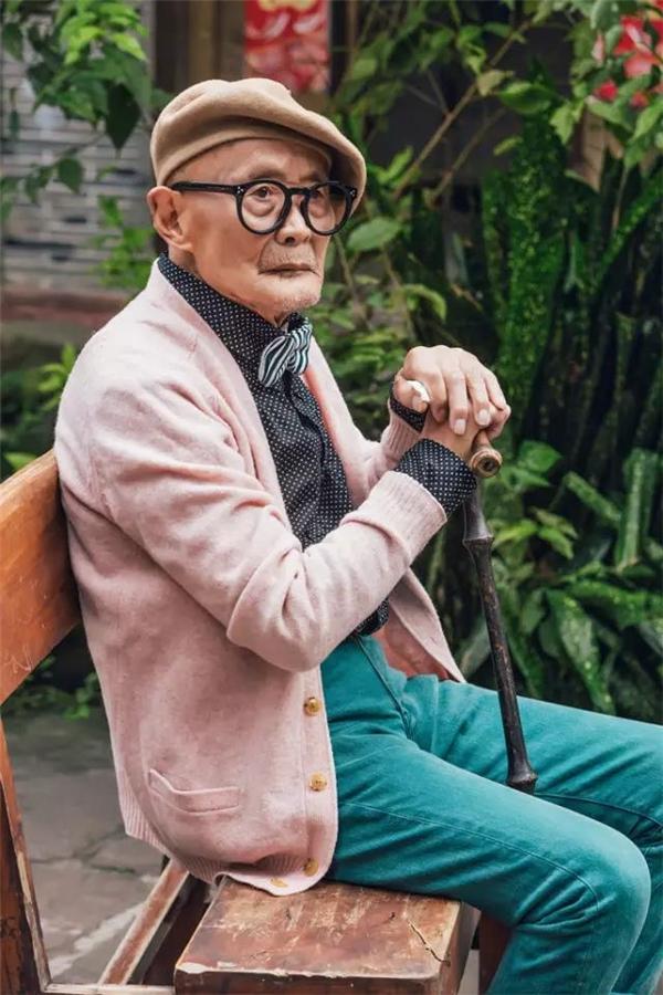 Cách phối những trang phục sáng màu giúp cụ trông trẻ hơn nhiều so với tuổi thật.