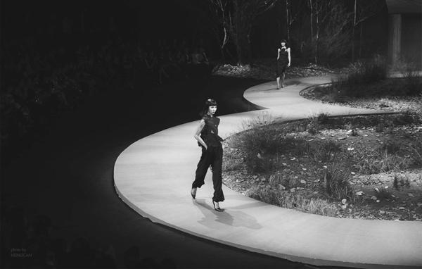 Mid Nguyễn sải bước trên sàn diễn lần đầu tiên vào cuối năm 2015 tại show diễn Thu -Đông của nhà thiết kế Đỗ Mạnh Cường. Trong dàn mẫu nam giả nữ, Mid Nguyễn được đánh giá có khả năng trình diễn, biểu cảm xuất sắc nhất.