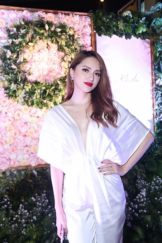 """Người đẹp Hương Giang Idol khoe dáng nuột nà tại chương trình. Nữ ca sĩ còn hát tặng khán giả ca khúc """"Aiđẹp nhất đêm nay""""."""
