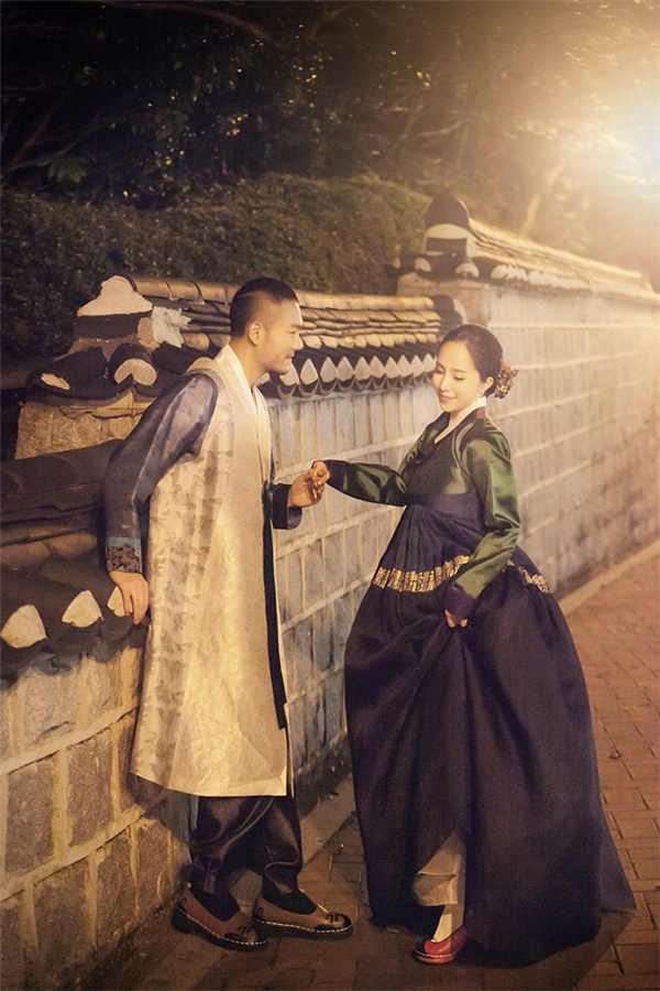 Khi đến Hàn Quốc để chụp ảnh cưới, vợ chồng Quỳnh Nga - Dzoãn Tuấnkhông quên hóa thân trong những bộ trang phục đậm nét truyền thống của xứ sở kim chi. - Tin sao Viet - Tin tuc sao Viet - Scandal sao Viet - Tin tuc cua Sao - Tin cua Sao