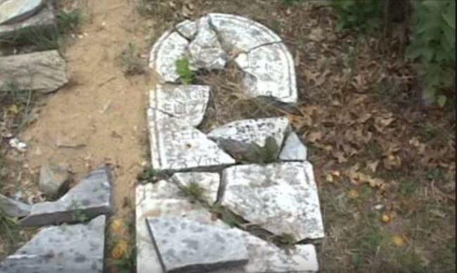 Ngôi mộ bị phá nát củaCarl Pruitt.(Ảnh: Internet)