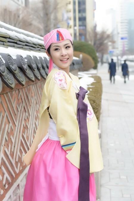 Trong chuyến công tác Hàn Quốc làm MC, Hoa hậu Việt Nam 2010 Ngọc Hân vô cùng thích thú khi được mặc thử bộ trang phục truyền thống hanbok lộng lẫy của xử sở kim chi. - Tin sao Viet - Tin tuc sao Viet - Scandal sao Viet - Tin tuc cua Sao - Tin cua Sao