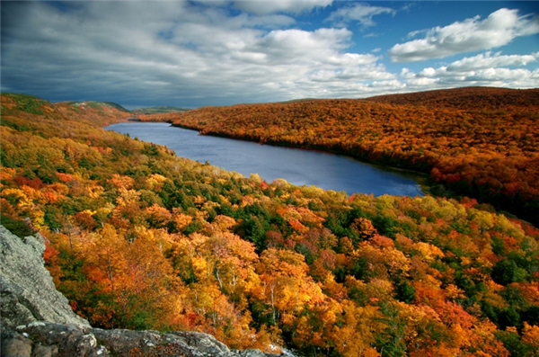 Ontonagon, Michigan: Đứng trên núi cao nhìn xuống Hồ Thượng với lá đỏ vây kín và ngắm hoàng hôn, có lẽ cảnh sắc nơi đây sẽ khiến cho người ta chẳng muốn rời chân đi.