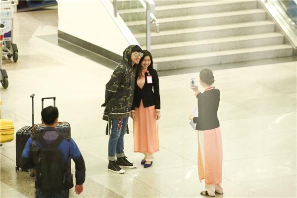 Noo Phước Thịnhvui vẻ chụp ảnh cùng nhân viên trong sân bay khi được ngỏ lời.. - Tin sao Viet - Tin tuc sao Viet - Scandal sao Viet - Tin tuc cua Sao - Tin cua Sao